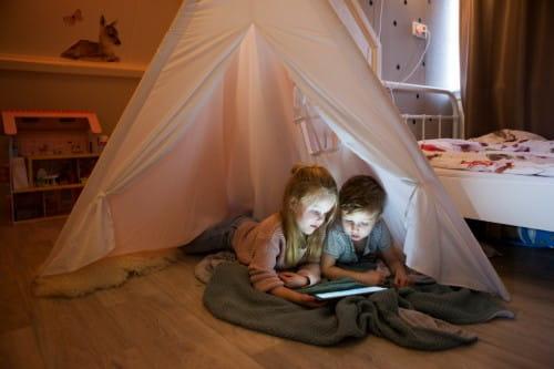kinderen op slaapkamer met tablet